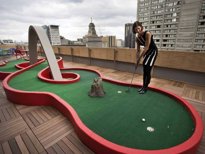 Torontos-office-also-has-a-rooftop-put-put-green-
